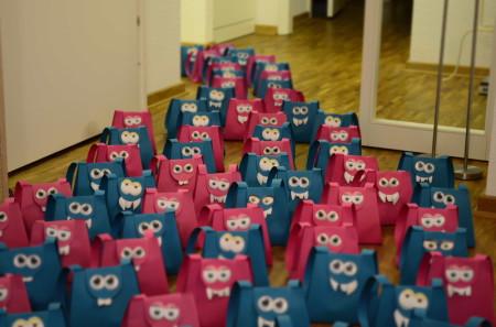 Selbstgebastelte Monstertüten aus Papier in blau und rosa