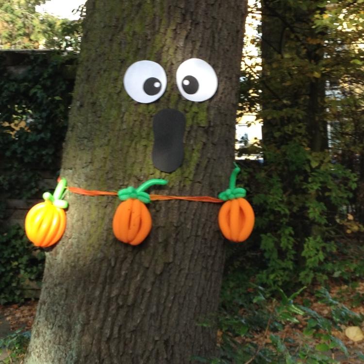 Baum mit Halloween Dekoration aus Luftballons