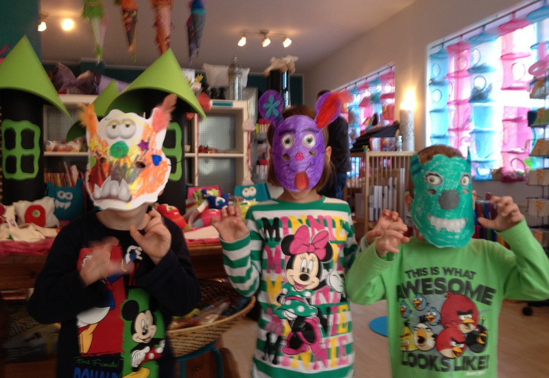 Kinder in kreativen, selbstsgebastelten Kostümen