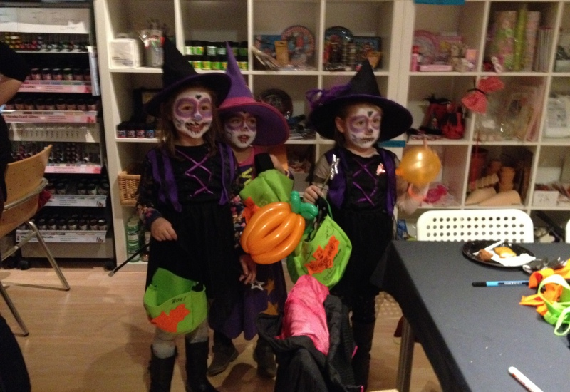 Kinder in Halloweenkostümen