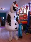 Kind mit Olaf-Darsteller